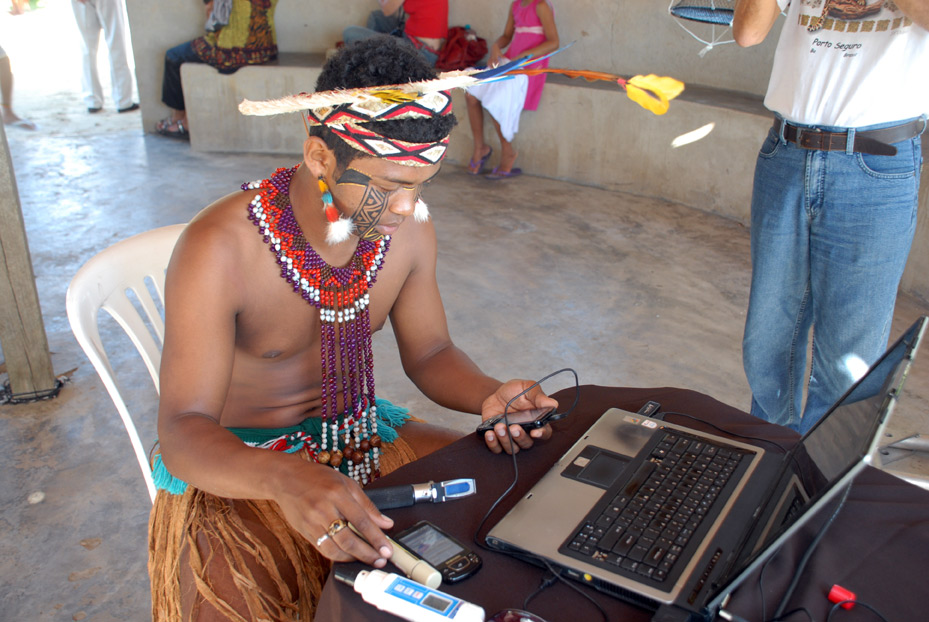 In Cabrália, Brazil, a member of the Pataxó indigenous group learns to use a mobile device through the Fishing with 3G Nets prog