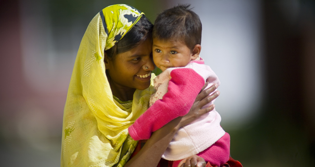 Photo of a woman holding her young daughter in Pakistan.