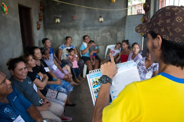 A photograph of a community health worker in Nicaragua, sharing information on Zika. Photo credit: SSI/AMOS