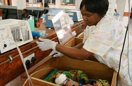 A nurse in Malawi uses a bCPAP machine.