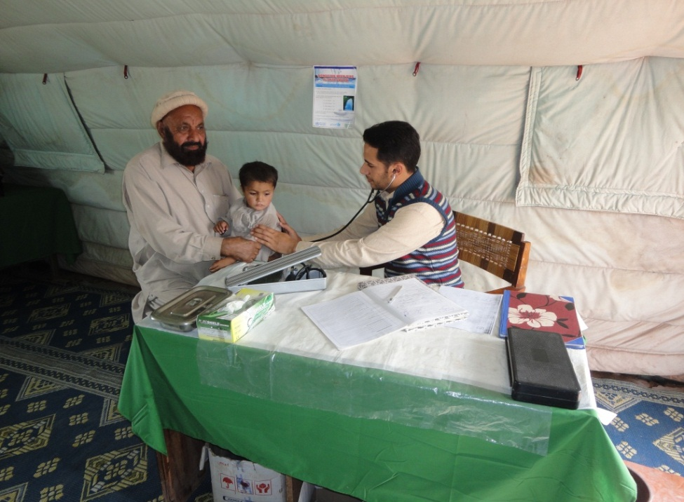 A medical officer diagnoses a conflict-affected IDP family in Khyber Pakhtunkhwa Province in February 2013.
