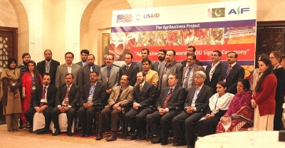 Alex Thier, Assistant to the USAID Administrator, meets U.S.-funded Pakistani NGOs who will help 45,000 Pakistani farmers