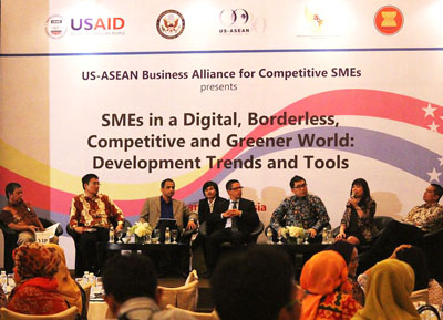 Indonesian entrepreneurs hear about how digital tools can help make them more competitive.