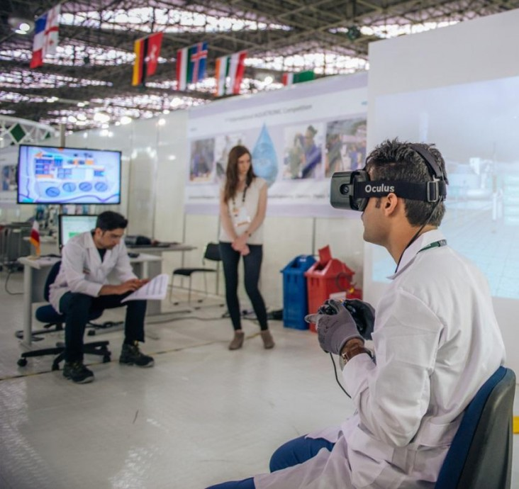 Student tests out the new Aquatronics virtual reality training equipment