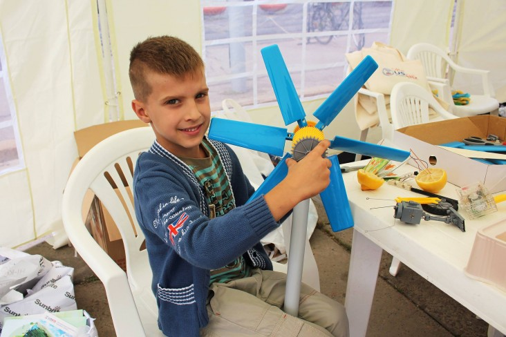 USAID's Municipal Energy Reform Project show kids how to make a model of a wind turbine