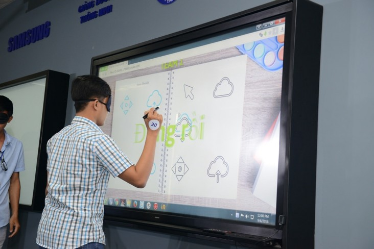 A student at Ho Chi Minh University of Medicine and Pharmacy using modern technology at a USAID-supported smart classroom.