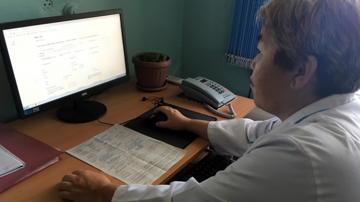 Photograph of Ainura D. in Bishkek City Hospital working on a computer. Photo credit:Olivier Le Blanc, DEFEAT TB.
