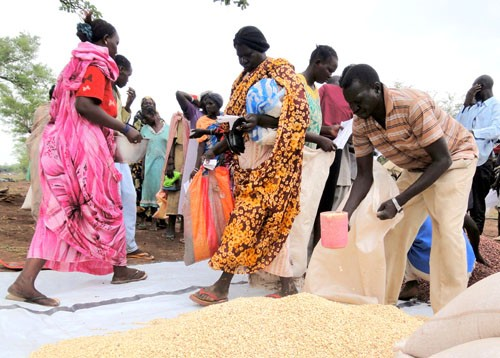 Internally displaced persons from Abyei receive government-donated food rations at Eyat camp, June 2011.