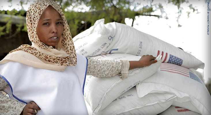 Image of woman providing food aid in Ethiopia