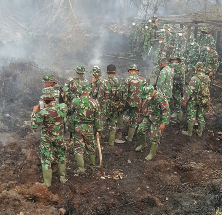The Indonesian military battles peatland fires.