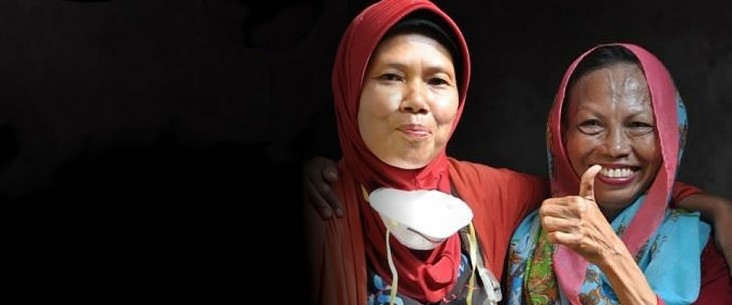 A MDR-TB survivor from North Jakarta, Indonesia with a community health cadre volunteer. Photo credit: USAID