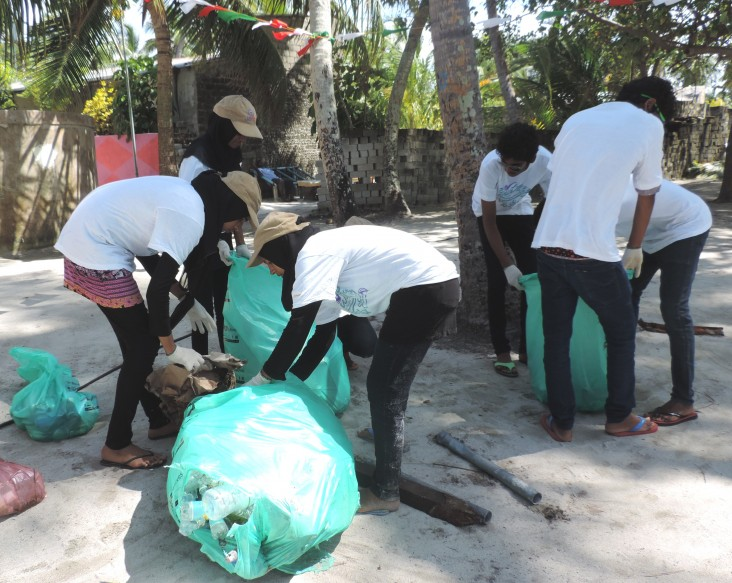 A beach cleanup drive in Manthiveri conducted during the Marine Day festival