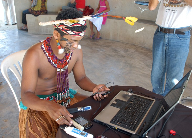 In Brazil, a member of the Pataxó indigenous group learns to use a mobile device through the Fishing with 3G Nets program.