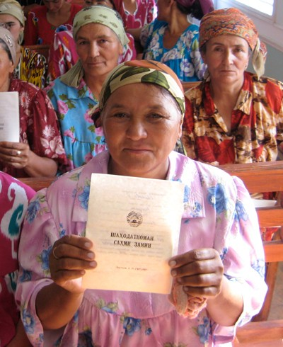 Thanks to the efforts of the Legal Aid Center Saodat, USAID assisted 100 women in Spitamen, Tajikistan, to get certificates for