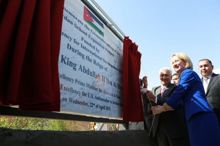 US Ambassador Alice G. Wells and H.E. Prime Minister Dr. Abdullah Al Nsoor unveil the plaque commemorating the groundbreaking fo