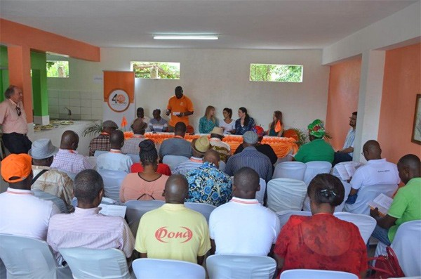 Alberto Banze, General Manager of EDM's Distribution Directorate, introduced the energy balancing pilot program to the Magoanine block chiefs - a set of community leaders - who will all relay the goals and expectations of the pilot to the community residents.
