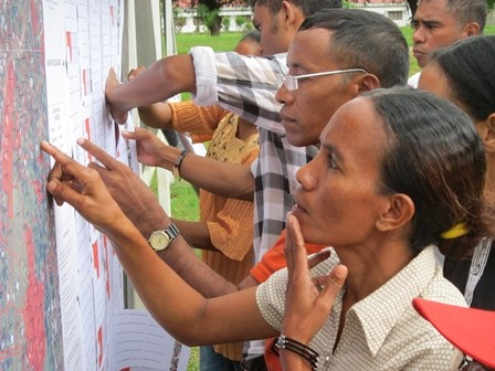Residents of Los Paulos in Timor-Leste verify land claims as part of the community validation process necessary for certificatio