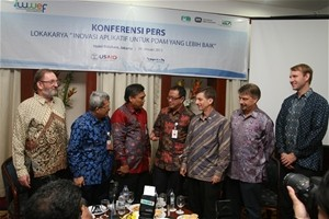 USAID Mission Director Andrew Sisson (3rd from left) attends a media discussion at the USAID IUWASH - Bank Syariah Mandiri - Per
