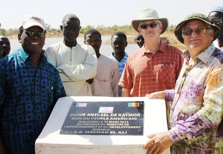 Mission Director Patrick and Minister of the Environment El Ali pose by the inaugural plaque