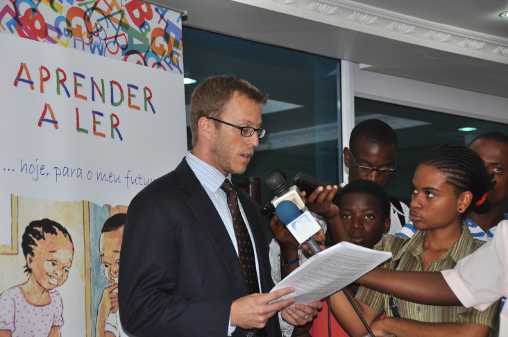 "Rick Burns, representing the U.S. Embassy, spoke to the media about ""Aprender a Ler""project."