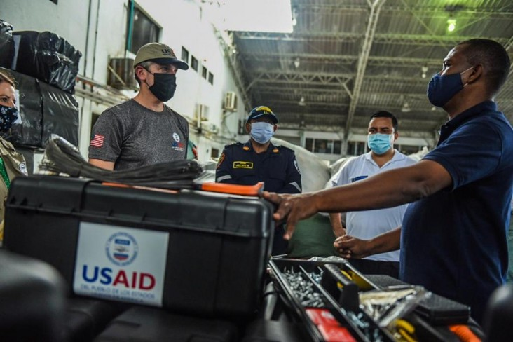 USAID Colombia Director delivers supplies in San Andrés.