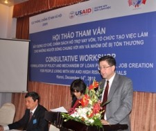 USAID Office of Health Director Jonathan Ross speaks at the workshop in Hanoi.