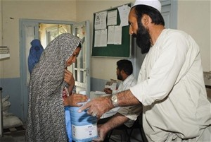 TB patient in Hirat Province receives vegetable oil and wheat.