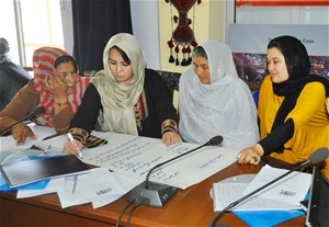 Businesswomen from Kabul brainstorm on a list of ways to find buy-ers in India for their products.