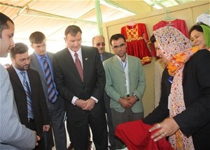 Acting Minister of Agriculture, Irrigation and Livestock Saleem Khan Kunduzi and U.S. Ambassador Karl Eikenberry visit the booth