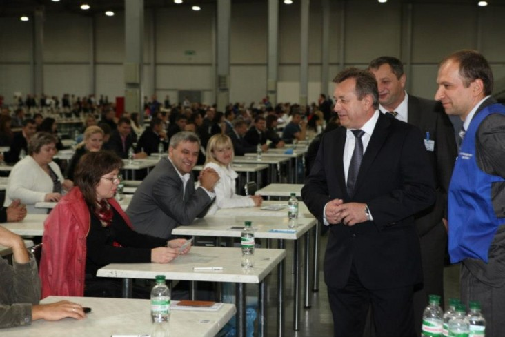 Head of the High Qualifications Commission of Judges of Ukraine Ihor Samsin communicates with the candidates before the testing.