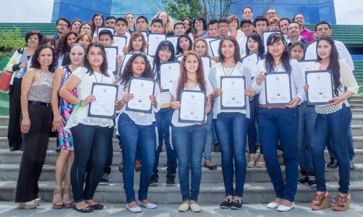 "120 youth supported by the USAID Global Development Alliance ""Jóvenes con Rumbo"" program."