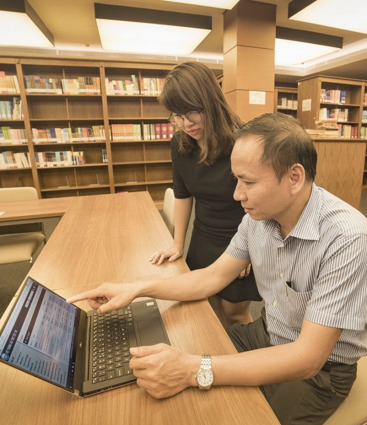 Mr. Trinh Ngoc Cuong works on the Instant Sup-port System (ISS) to manage and respond to queries from National Assembly Deputies