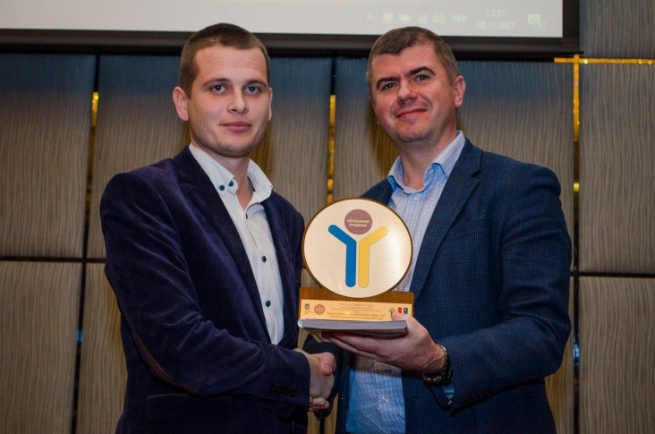 """Roman Kuchma receives an award """"2017 Best Youth Practices"""" from the Deputy Minister of Youth and Sports of Ukraine, Oleksandr Yarema, as a creator of youth hub Center of Community Development in Spaske village."""