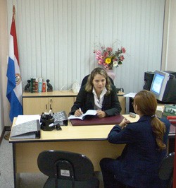A staff member of the Paraguayan Judicial Ethics Office explains procedures for filing complaints.