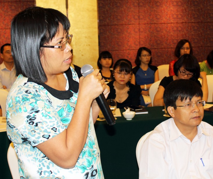 Nguyen Anh Tuyet shares her opinions during a consultation session.