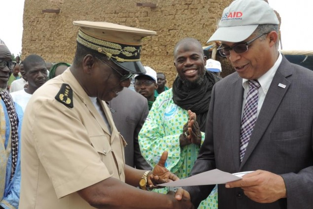 Mopti Governor receives Certification for Allaye-Daga from USAID Director