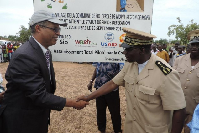 USAID Director and Mopti Governor pose after unveiling the certification plaque.