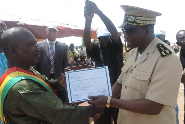 The Governor of Mopti (right) hands out Certificate to the Mayor of Wenguele