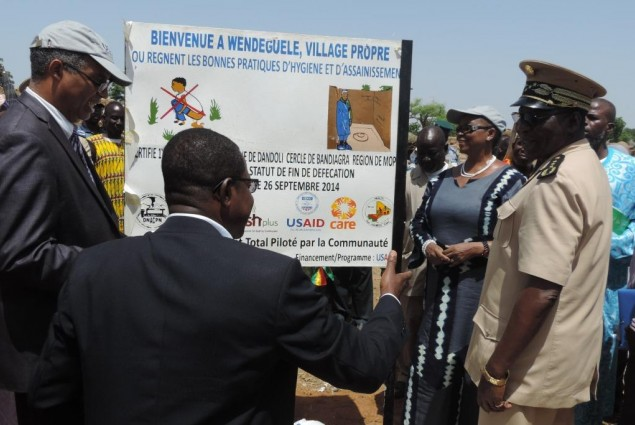 USAID Director and the Governor of Mopti unveil the certification sing board in Wenguele with the help of Care Mali Country Dire