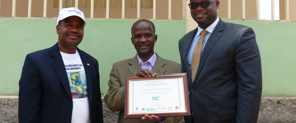Shop owner Timóteo Samemba receives the Certificate of Excellence from USAID Mission Director, Jason Fraser, and DPS Director, D