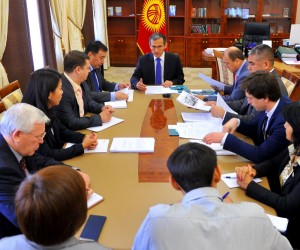 Prime Minister Djoomart Otorbaev at the working meeting with CGP grantee to discuss priority measures for increasing citizen's t