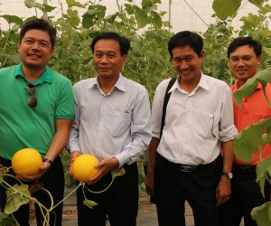 Chairman of Dong Thap province Nguyen Van Duong (second left) visits a melon farm of Ecofarm