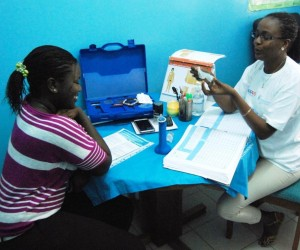 Maimouna Ba explains the female condom to a UCAD student.