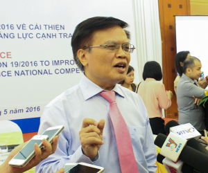 Mr. Nguyen Dinh Cung, MPI/CIEM Director talks with the media.