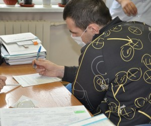 An HIV-positive patient fills out a TB questionnaire.
