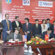 USAID's Deputy Assistant Administrator for Asia Jason Foley and Minister of MARD Cao Duc Phat signed the MOU.