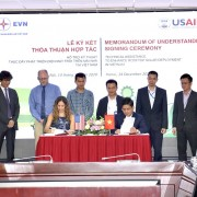 Representatives of USAID's Vietnam Urban Energy Security project and Electricity of Vietnam (EVN) sign the MOU.