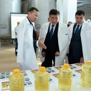 Founder of Atalyk Group Turatbek Ukubaev demonstrates the first products of the facility to President Jeenbekov (center) and the head of Osh oblast Jylkybaev Uzarbek.