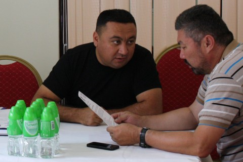 Alisher Abdullajonov, founder of VOOLEN TEKS (left) negotiating trade deals during B2B meeting
