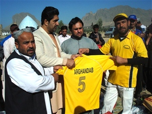 The Director of the Department of Sports and Olympics presents jerseys to a team captain.
